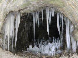 Eishöhlen in der verschteckten Berglandschaft am Arlberg