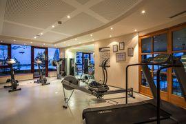 Panorama-Fitnessraum mit Cardiogeräten