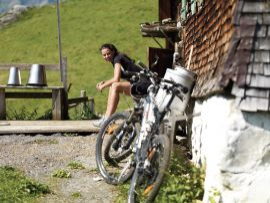 Montainbiken in den Bergen in Warth am Arlberg