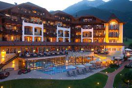 Sommerabend im Alpine Luxury Gourmet & Spa Hotel Post, Lemoos