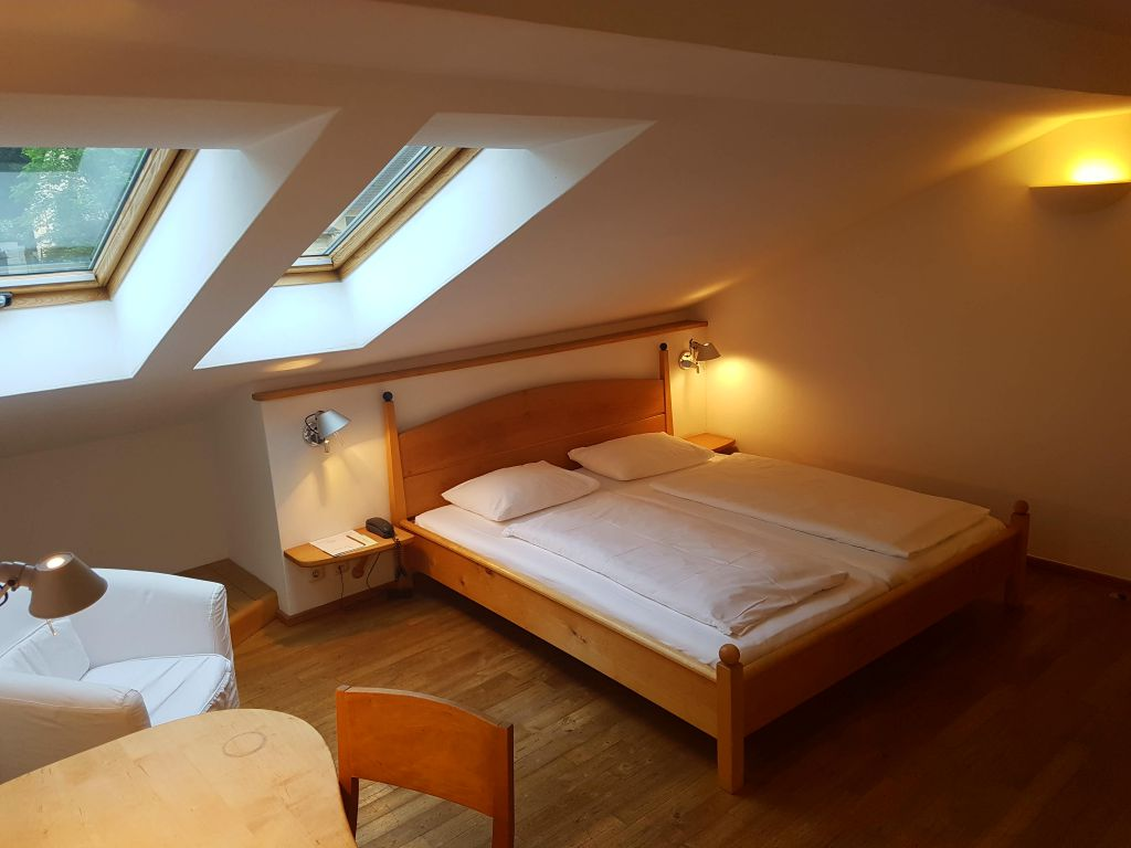 doppelzimmer mit dachschr ge. Black Bedroom Furniture Sets. Home Design Ideas