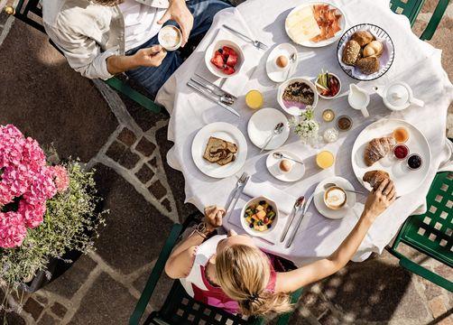 Tauber's Bio-Vitalhotel: Frühstück im Garten - Tauber's Bio-Wander-Vitalhotel, St. Sigmund, Trentino-Südtirol, Italien