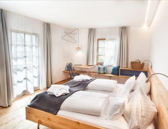 Doppelzimmer im Blockhaus mit Balkon und Seeblick Nr. 12 - Biohotel Gralhof