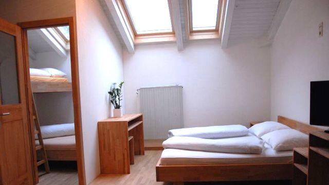 Bio-Mehrbettzimmer mit Dachfenster
