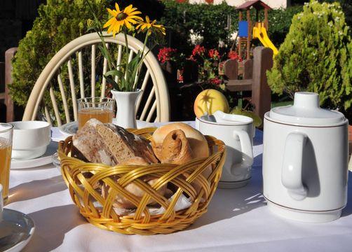 BIO HOTEL Anna: Frühstück Terrasse - Landhotel Anna & Reiterhof Vill, Schlanders, Vinschgau, Trentino-Südtirol, Italien