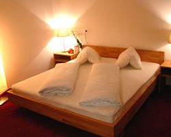 BIO HOTEL Anna: Doppelzimmer mit Balkon - Landhotel Anna & Reiterhof Vill, Schlanders, Vinschgau, Trentino-Südtirol, Italien