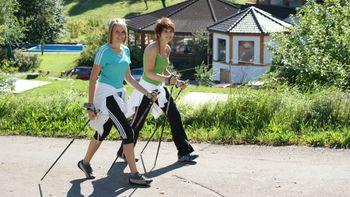 Zwei Frauen beim Nordic Walking im Schwarzwald im Sommer