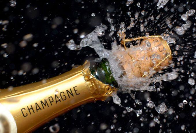 Champagner Korken knallen im Hotel Freund