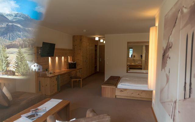 Zimmer Wellness Junior Suite Hotel Mein Almhof Nauders Reschenpass TirolKlares Design, hochwertige natürliche Materialen, größzuige Raumaufteilung und Blick ins Engadin auf die Samnaun Gruppe Berge-2.jpg