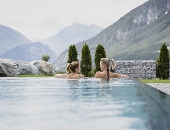 Biohotel Holzleiten Hotel Tirol Pool mit Frauen