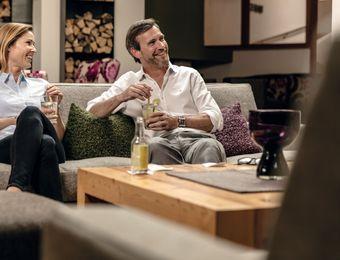 Biohotel Holzleiten Hotel Tirol Mann und Frau Drink