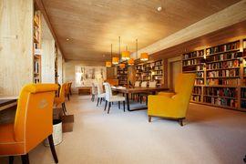 La biblioteca elegante e accogliente dell'hotel.