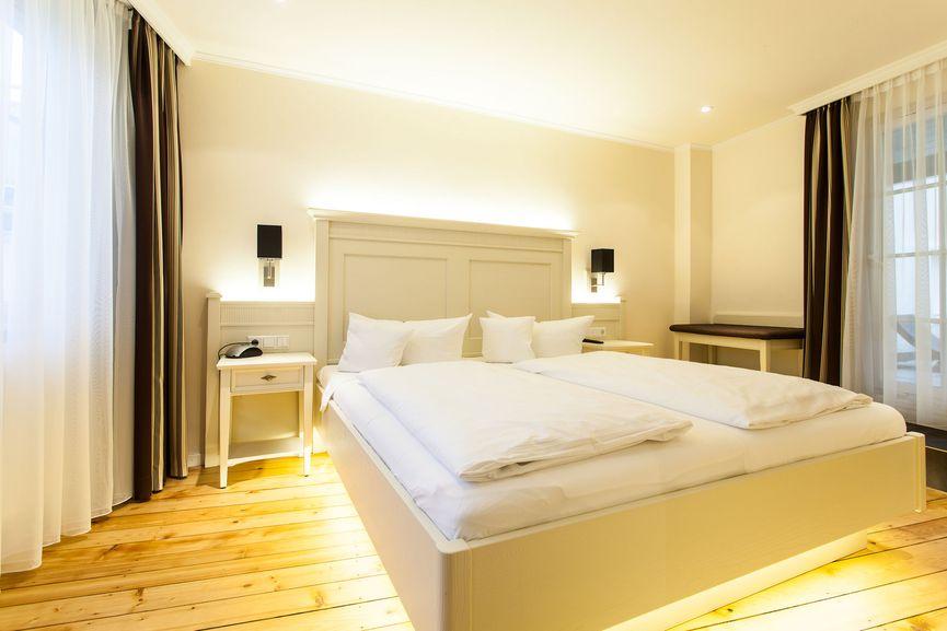 Doppelbett im Romantik Doppelzimmer zur Sonne