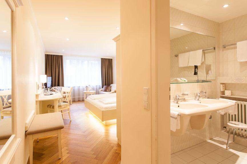 Badezimmer & Wohnraum im Hotel Zur Sonne