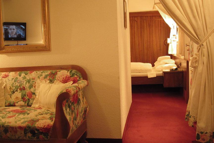 Sofa und zweites Doppelbett im Schwarzwald Familienzimmer
