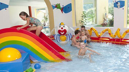 Unser riesiges Schwimmbad lädt zum Toben genauso wie zum Entspannen ein.