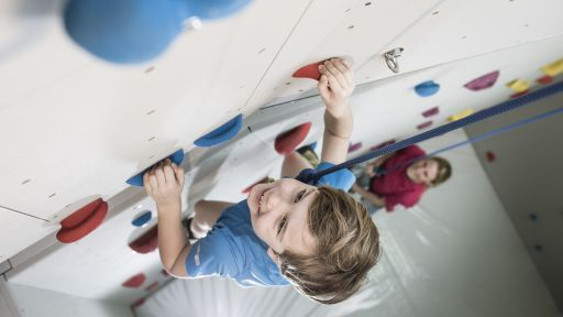 Die Bouldergrotte stellt kleine Kletterfreunde mit abwechslungsreichen Elementen vor immer neue Herausforderungen.
