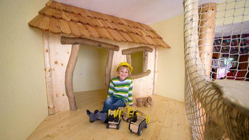 Ein ganz besonderer Spielplatz für Kinder ist unser Baumhaus im Happy-Club.