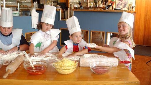 Kleine Köche, großer Spaß! Unsere Superköche sind voll im Einsatz.