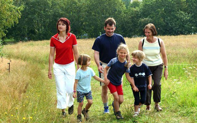 Familienhotel_Am_Rennsteig_Familie_Wanderung.jpg