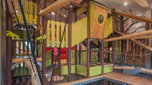 Während Sie noch Ihr Abendessen genießen, treffen sich die Kids bereits im Spielturm zum spielen.
