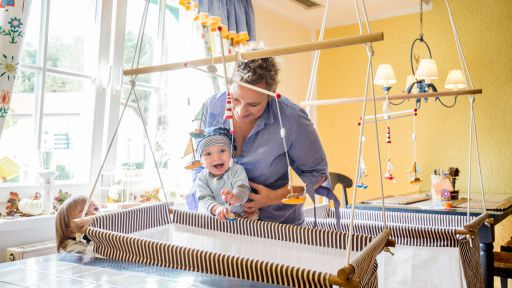 Qualifizierte Baby- und Kinderbetreuung an mindestens 51 Stunden pro Woche.