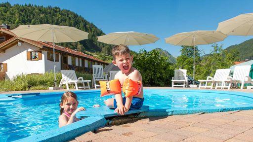 Genißen Sie ein tolles Badeerlebnis für Groß und Klein im Familotel Krone.
