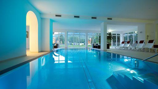 Der Wellnessbereich umfasst unter anderem einen Innenpool, Saunen, ein Dampfbad, eine Infrarotkabine und einen Whirlpool.