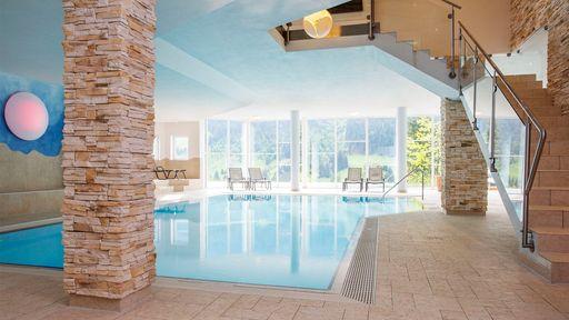 Relaxen und genießen in der modernen Badelandschaft und in dem Indoor-Panorama-Schwimmbad.