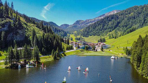 Für die Abkühlungen an heißen Tagen bietet der Zauchenseehof einen Natur-Gebirgssee mit kühlen Temperaturen.