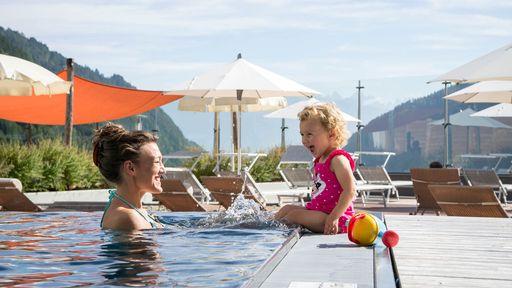 Familotel Huber verfügt über ein Schwimmbad und einer coolen 45 m langen Riesenröhrenrutsche.