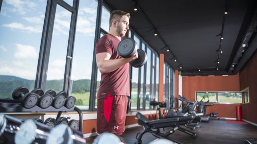 Licht, Panorama und exklusive Trainingsgeräte von technogym treffen im Panorama-Fitnessstudio harmonisch aufeinander.