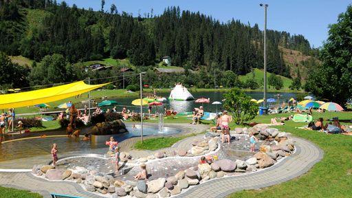 Freuen Sie sich auf ein feucht-fröhliches Paradies, das Freibad in Tirol.