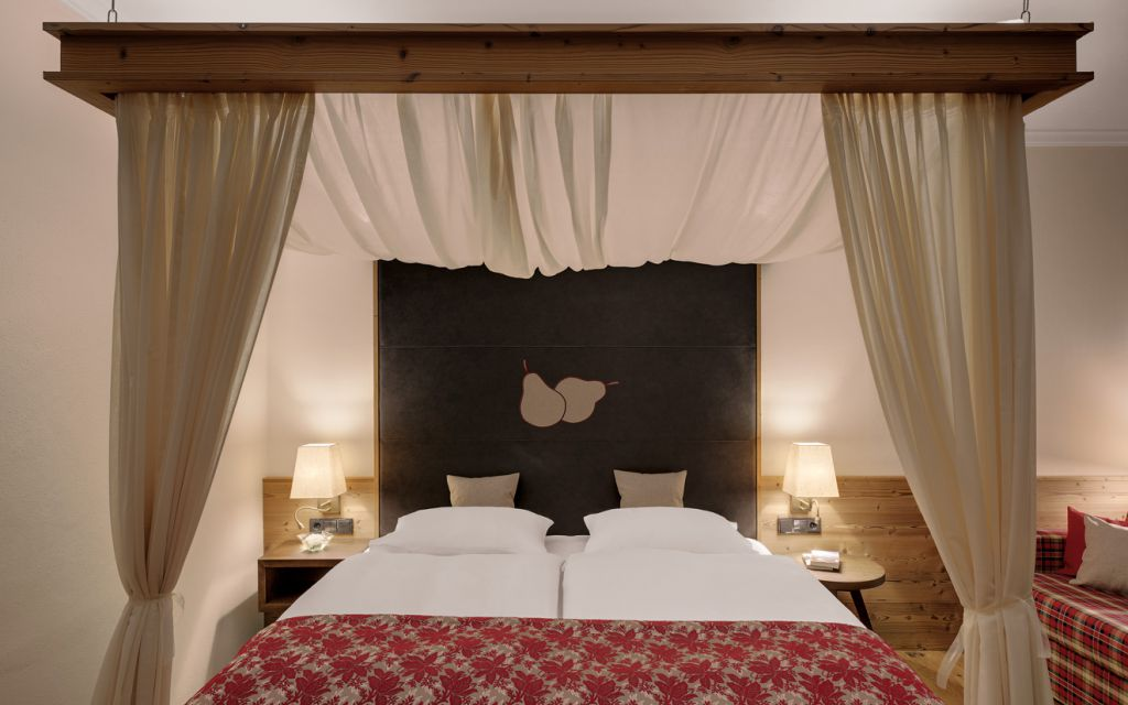 fr hst ck im himmelbett relax resort kothm hle. Black Bedroom Furniture Sets. Home Design Ideas