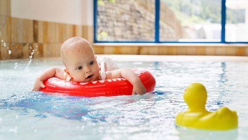 BabypoolBaby- und Kleinkinderschwimmen mit der Schwimmlehrerin im Familotel Egger.