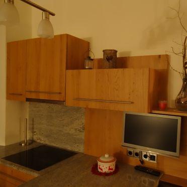 Jagdhaus Kronhof, Küche mit TV im Erdgeschoß