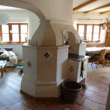 Wohnbereich mit Kachelofen, Ferienhaus am Sonnblick in Mühlbach am Hochkönig, Salzburg, Salzburg, Österreich