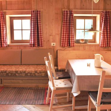 Wohnstube und Essecke, Costetoi Hütte in San Pietro di Cadore, Südtirol, Trentino-Südtirol, Italien