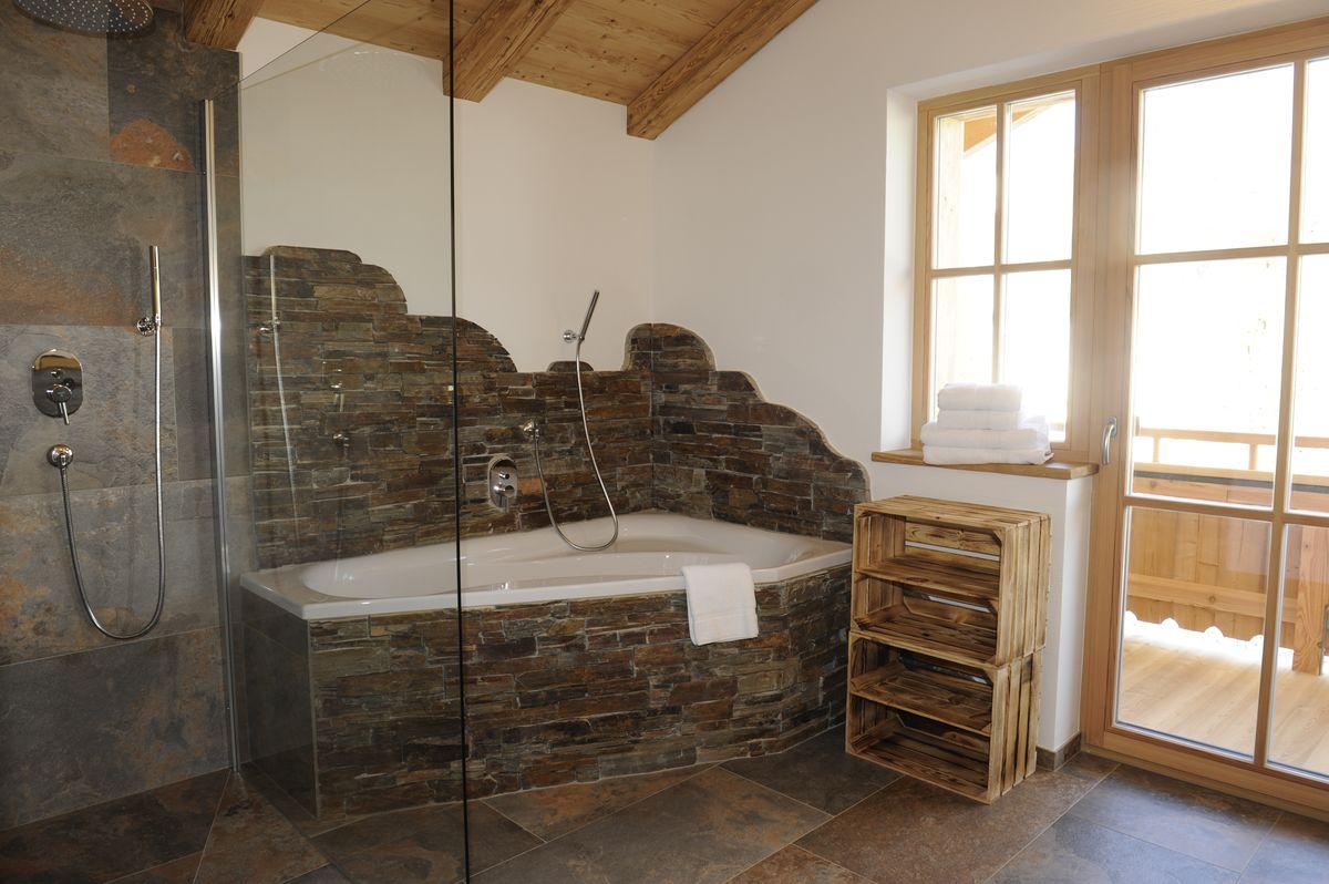 Chalet Rustika - Badezimmer mit Badewanne im OG
