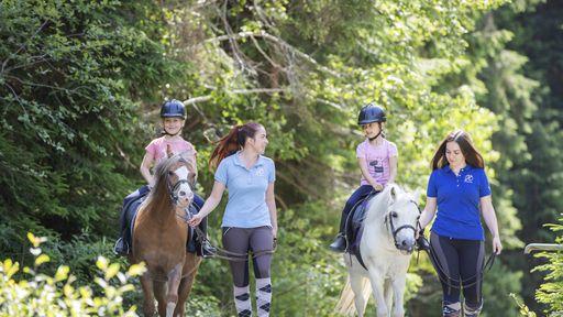 Tägliche Ponyreitkurse für Kinder im Sommer im Familotel Habachklause.