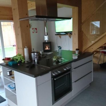 Chalet Spatzennest, Kücheninsel und Wohnbereich