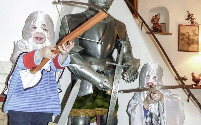 Ritter-spielen-im-Familienhotel-Schloss-Thannegg-Moosheim-in-Grobming