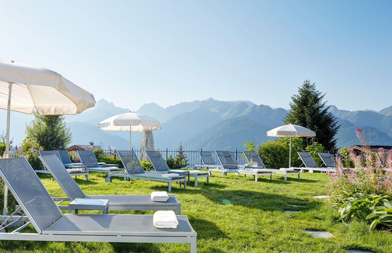 5 Sterne Familienurlaub in Fiss - Outdoor-Panorama-Liegewiese