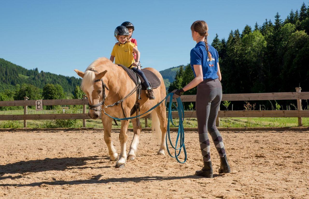 Pferde voltigieren im Reiturlaub