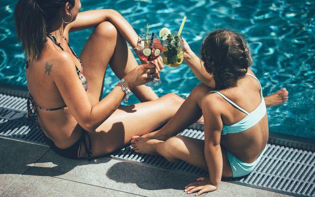 Mutter & Tochter relaxen am Pool des Kinderhotels