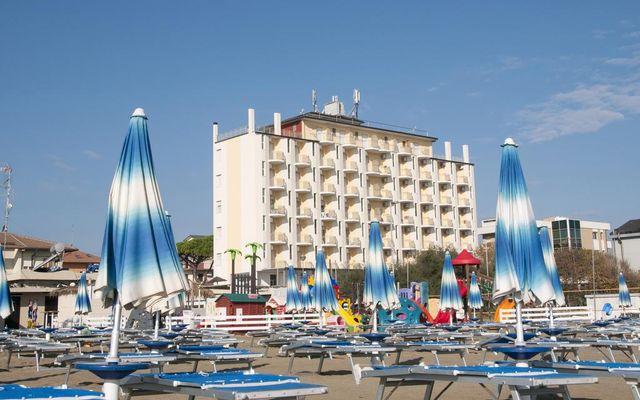 Strandliegen vor dem Family Hotel Lido di Classe