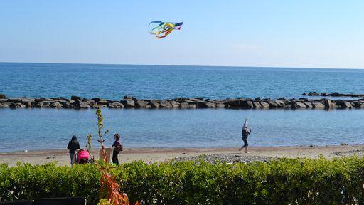 Vollkommen entspannte Momente genießen beim Drachensteigen am Strand.