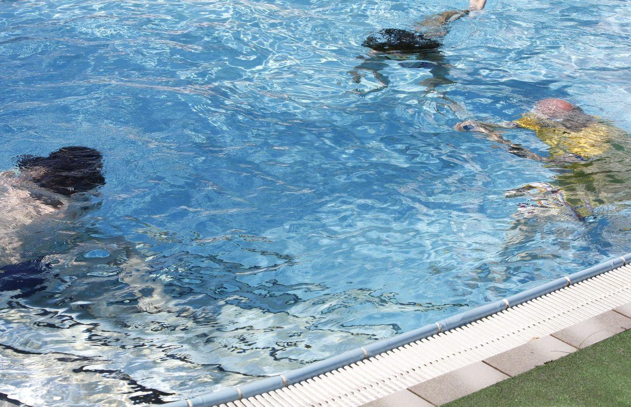 Kinder im Pool auf der Suche nach etwas