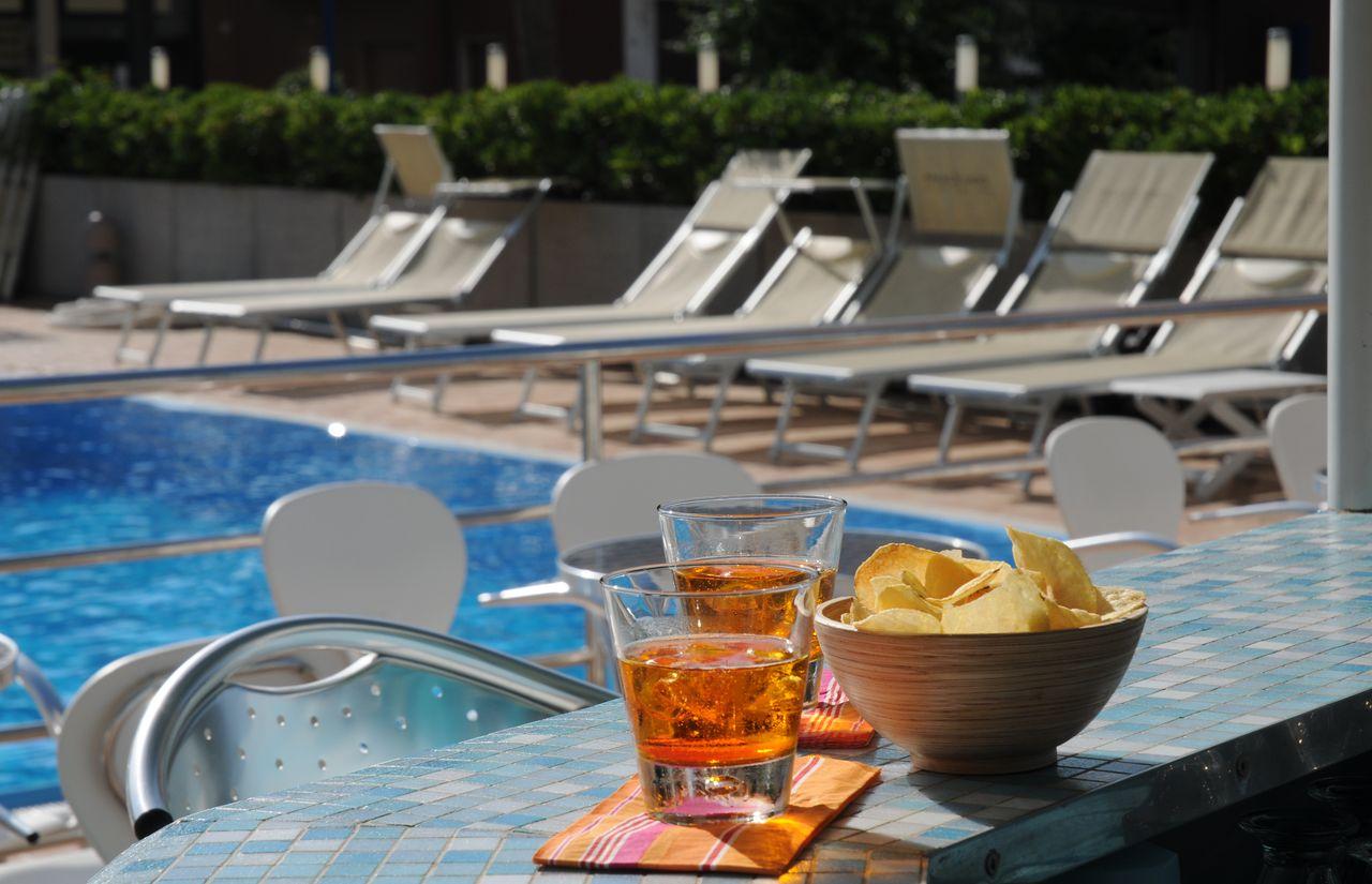 Pool mit kostenloser 24-Stunden-Bar