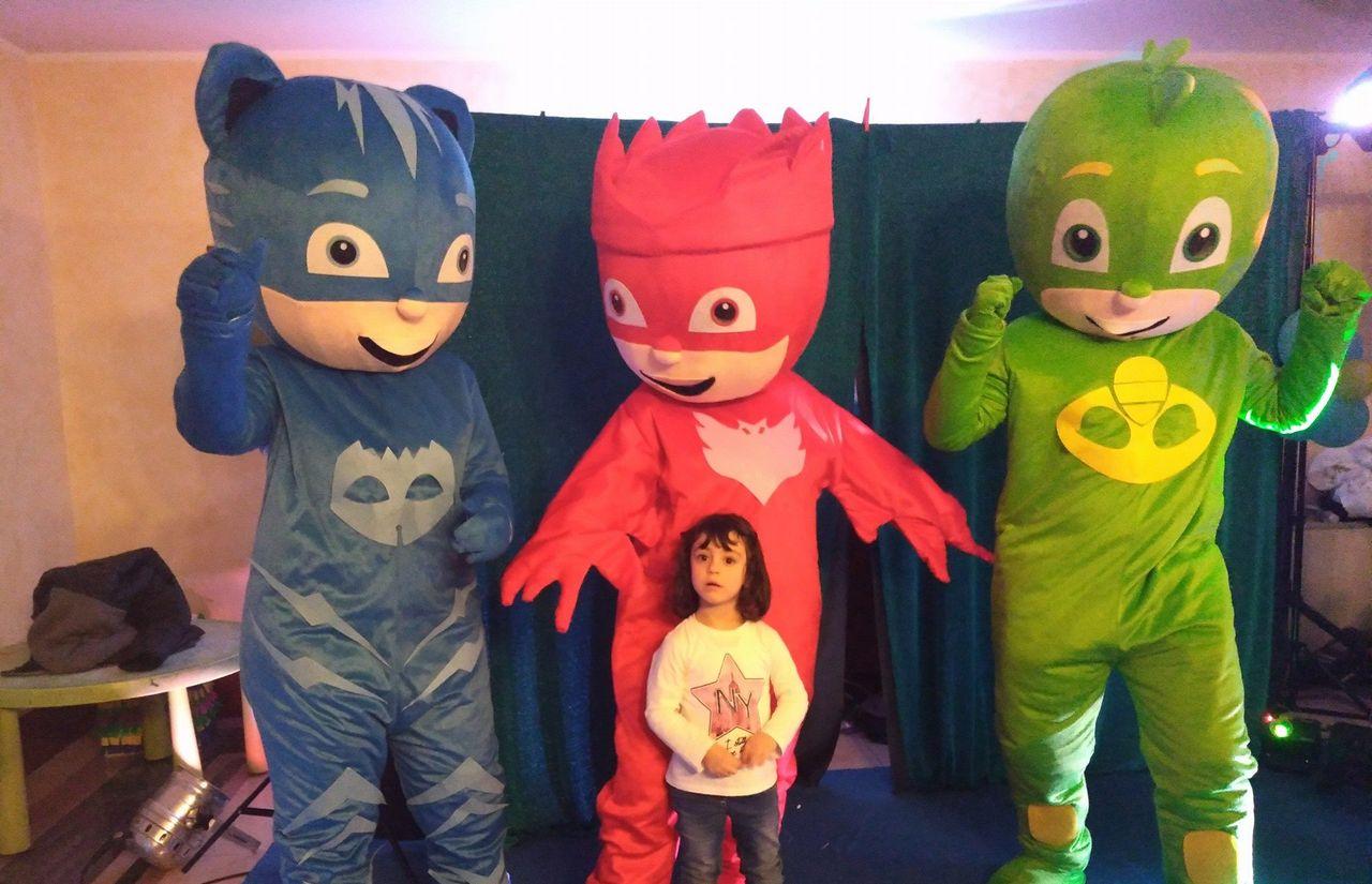 Kind mit Superhelden